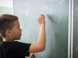 """á pektorov z minulého školského roka, v ktorej okrem iného sledovali i grafomotoriku detí, sa ukázalo, že predpoklady pre správne písanie malo v sledovaných 155 škôlkach 71 percent detí. To by znamenalo, že takmer tretina detí mala s úchopom ceruzky problémy. Problém odhalí zápis """"Stane sa, že deti, ktoré z rôznych dôvodov nenavštevovali materskú školu, nemajú vyvodený správny úchop, prípadne deti z menej podnetného prostredia, ale nemusí to byť pravidlo,"""" opisuje špeciálna pedagogička Zuzana Hronová skúsenosti z praxe. Pripomína, že špeciálni pedagógovia si úchop písacej potreby u dieťaťa všímajú pri zápise do školy. Odhaduje, že problém s písaním vedia počas zápisu odhaliť u asi 15 percent detí. Hoci rodičia následne dostanú návod, ako s dieťaťom pracovať, aby ruku precvičilo, pri nástupe do školy sa podľa Hronovej stáva, že niektoré deti držia ceruzu kŕčovito. """"Prípadne majú úchop, pri ktorom dieťa drží zhora prostredník súčasne s ukazovákom,"""" približuje. Nech nepočarbe steny Keď má dieťa podľa učiteľky v materskej škole Andrey Benkovej doma k dispozícii farbičky, papier či omaľovánky a používa ich, chodí do škôlky, kde sa mu venujú, nemá obvykle žiadny problém s úchopom ceruzky a písaním grafických tvarov. """"Problémy sa ukazujú najčastejšie v prípade detí zo sociálne slabších rodín, kde nie sú pastelky ani omaľovánky bežnou záležitosťou. Problém je, ak také deti nastúpia do škôlky pomerne neskoro,"""" hovorí. Problém s grafomotorikou sa však netýka iba chudobnejších rodín. V niektorých rodinách sa deti k farbičkám nedostanú, aby nepočarbali steny. """"Nožničky sú pre zmenu zakázané preto, aby si dieťa neublížilo,"""" ilustruje Benková. Deti v škôlke 2 Deti v škôlke. Ilustračné foto. Zdroj: TASR/Michal Svítok Dysgrafiu vidieť hneď Problémy s grafomotorikou však nemusia byť len dôsledkom nerozcvičenej ruky. Dôvodom môže byť dysgrafia, špecifická vývinová porucha písania. """"Je to výrazne narušená schopnosť písať, ktorá nie je spôsobená nízkym intelektom alebo nevhodným spôsob"""